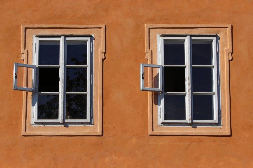 finestre su muro arancione